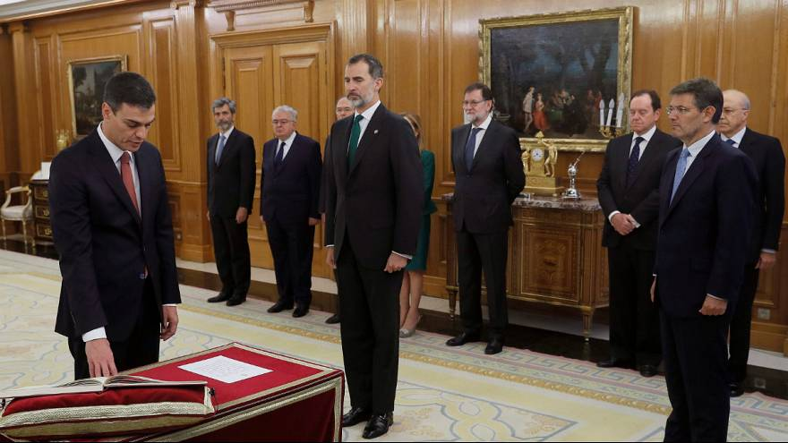 Pedro Sanchez (PSOE) saudado pelo antecessor Mariano Rajoy (PP)