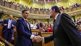 رئيس الوزراء الجديد بيدرو سانتشيث يصافح ماريانو راخوي - المصدر: رويترز
