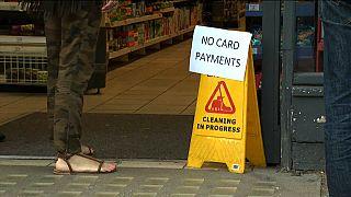 لافتة على بوابة متجر: لا يمكن الدفع بواسطة البطاقات (الألكترونية).