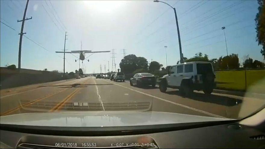 فرود اضطراری یک هواپیما در وسط خیابانهای لسآنجلس