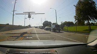 Ein Flugzeug landet in Los Angeles auf einer Straße