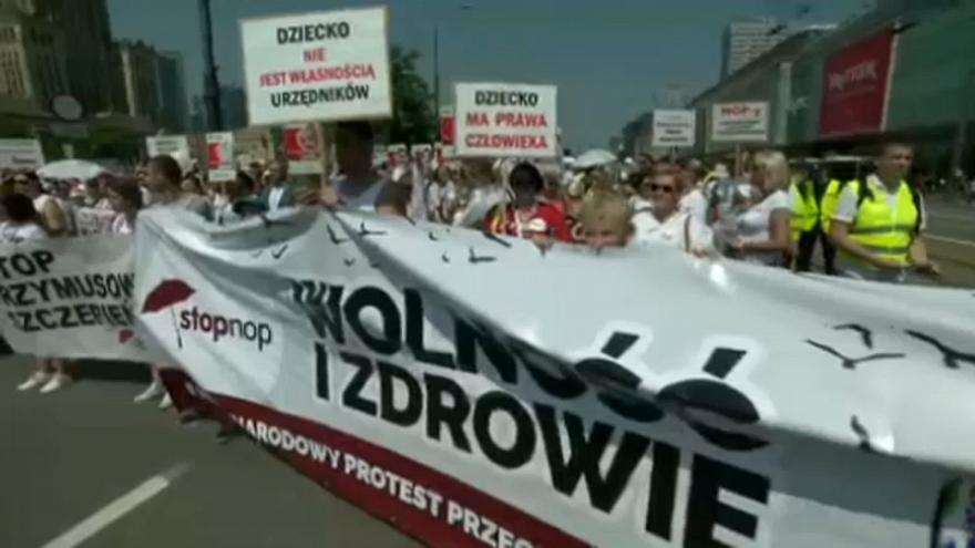Thousands of people in Warsaw protest against compulsory vaccinations