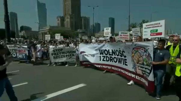 Polonya'da zorunlu aşı karşıtlarından gösteri yürüyüşü