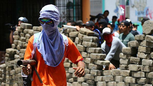 Mascarados armados no protesto contra o presidente Daniel Ortega