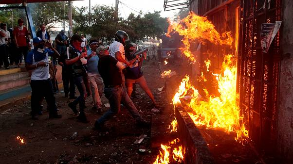 Συγκρούσεις με δεκάδες νεκρούς - Ανάμεσα τους και ένας Αμερικανός