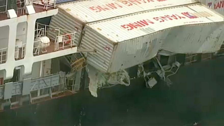 شاهد: سقوط 83 حاوية من سفينة شحن قرب شواطئ أستراليا