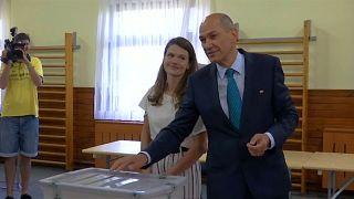 يانيز يانشا، زعيم الحزب الديمقراطي السلوفيني، أثناء إدلائه بصوته