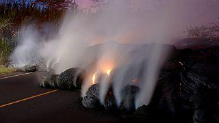 حمم بركانية تقطع الطريق العام مواصلة تدفقها، تصوير: ماركو غارسيا - رويترز.