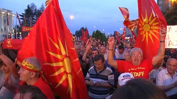 Milhares protestam contra mudança de nome do país