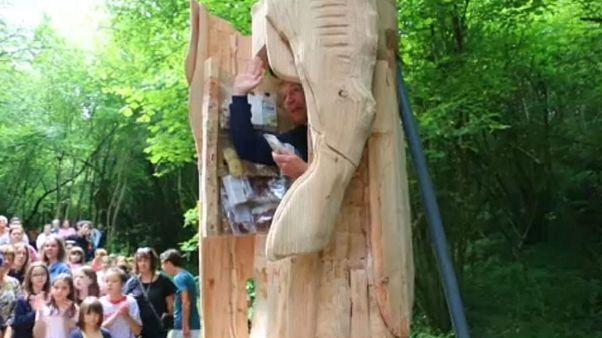 Γάλλος καλλιτέχνης ζει μέσα σε ξύλινο άγαλμα