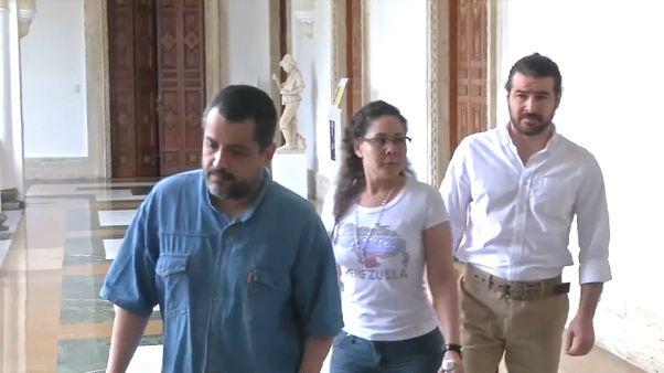 Venezuela libera 79 presos políticos y tiende la mano a la oposición