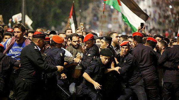 وحدات الشرطة والأمن تقوم بحماية مقر رئيس الوزراء خلال مظاهر في عمان
