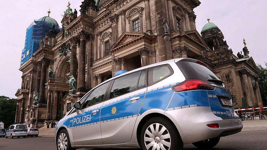 La police blesse un homme dans la cathédrale de Berlin