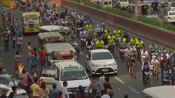 Ciclistas defendem uma Filipinas sem plástico