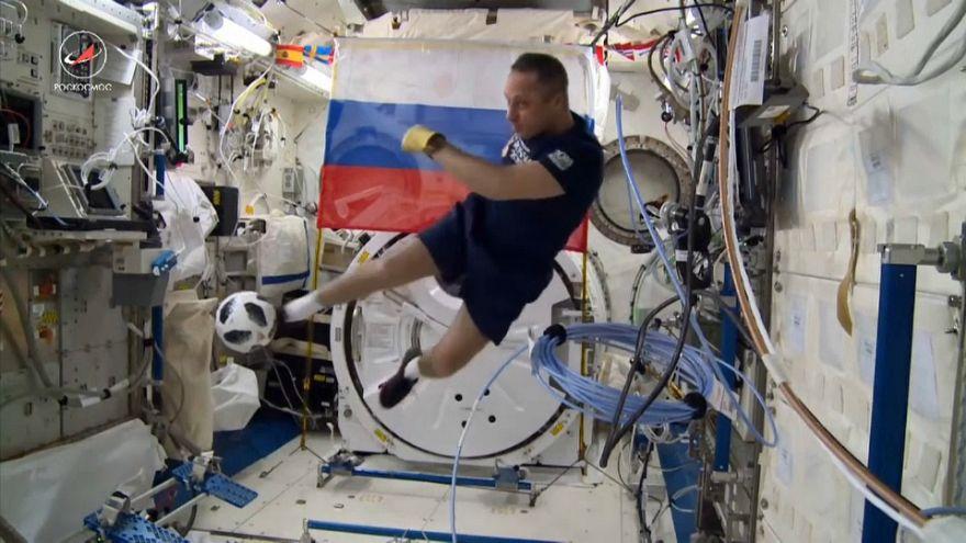 Soyuz vuelve a la Tierra con el balón del Mundial