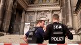"""Berlino, uomo """"infuriato"""" con coltello nella cattedrale. Agente gli spara"""