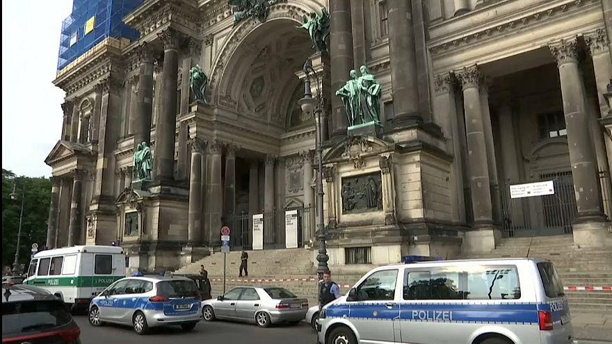 Berlin Katedrali'nde polis ateş açtı