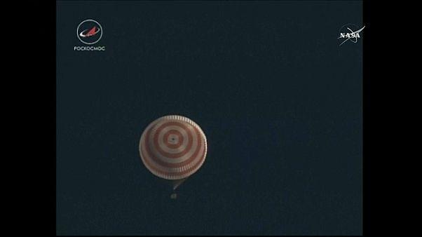Soyuz kapsülü dünyaya inmeden 15 dakika önce paraşütler açıldı