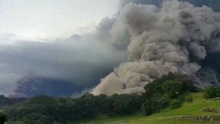 Forró gáz és sziklazápor elől menekítik a lakosságot Guatemalában