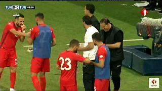 المنتخب التونسي يفطر سريعا على تمر حين رفع آذان المغرب أثناء المباراة