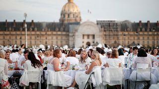 """Le """"dîner en blanc"""" rassemble des milliers de personnes à Paris"""