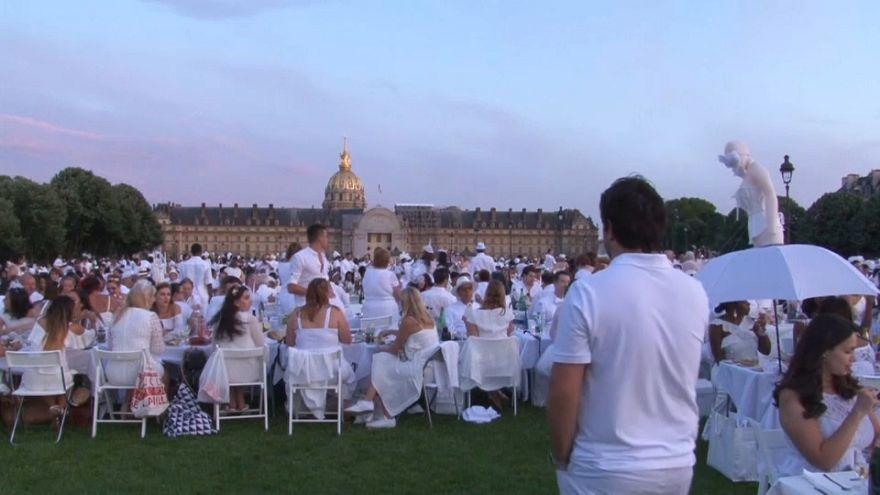 """Multitudinaria """"cena de blanco"""" en París"""