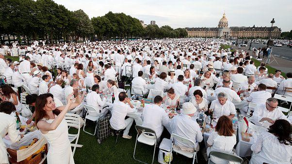آلاف الفرنسيين يتعشون باللباس الأبيض قبالة قبر نابليون