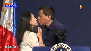 انتقادات لدوتيرتي بسبب قبلة على شفتي امرأة أثناء زيارته إلى كوريا الجنوبية