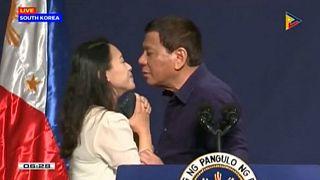 بوسه رئیس جمهوری فیلیپین اعتراض هواداران حقوق زنان را برانگیخت