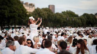 Des milliers de personnes pour un pique-nique géant à Paris