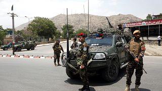 Soldaten patrouillieren nach dem Anschlag auf den Straßen von Kabul.