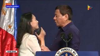 Felháborodás egy elnöki csók miatt a Fülöp-szigeteken