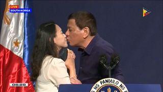 Поцелуй Дутерте шокировал феминисток