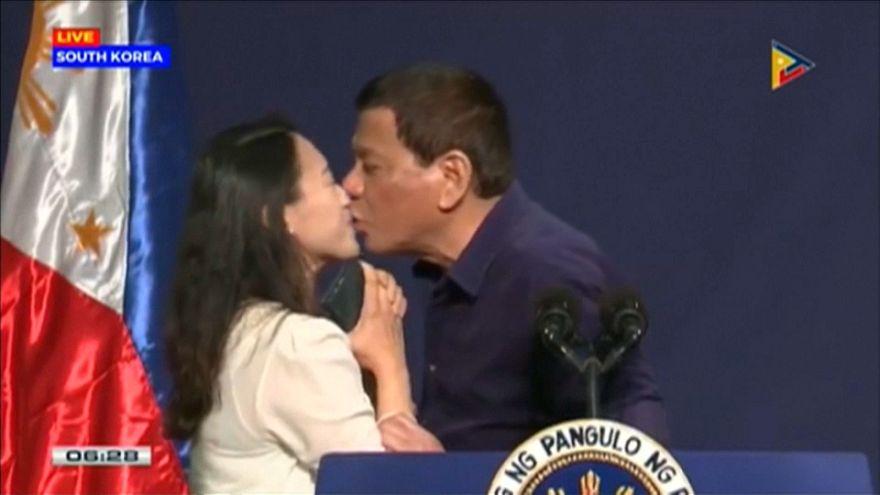 Duterte fuerza a una mujer a darle un beso en la boca