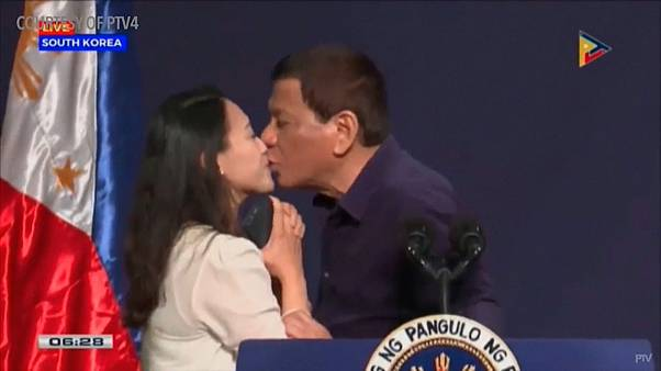 İşçi kadını dudaklarından öpen Filipinler devlet başkanına tepki: Tiksindirici