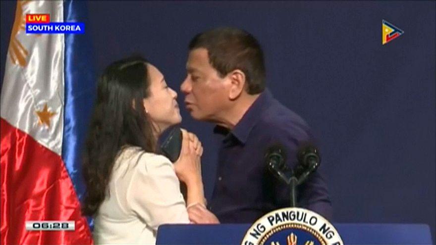 """Rodrigo Duterte em """"O beijo da polémica"""""""