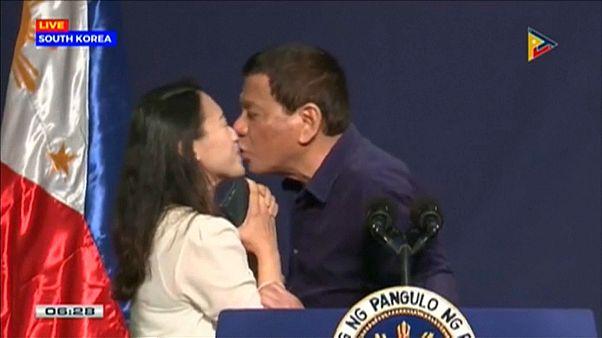 """""""Ekelhaftes Macho-Gehabe"""": Duterte provoziert mit erzwungenem Kuss"""