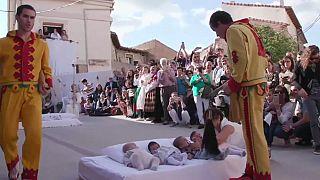 """Испания: желтые """"демоны"""" прыгают через младенцев"""
