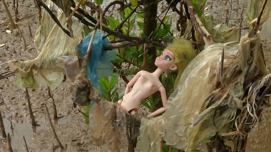 النفايات البلاستيكية تغزو شواطئ فيتنام