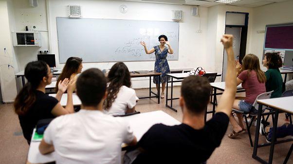 طلاب إسرائيليون يقبلون على تعلم الفارسية وسط حرب خفية مع إيران