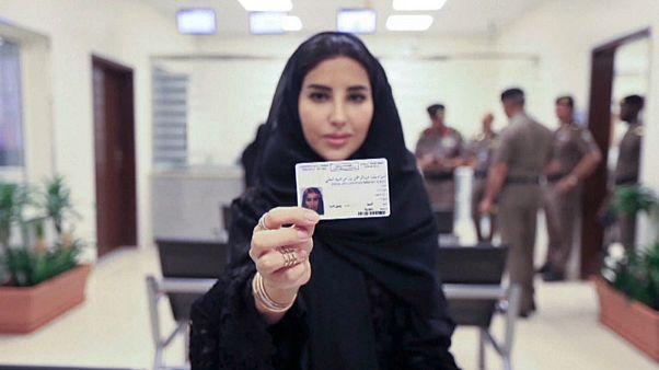 امرأة تحمل رخصة قيادة في السعودية