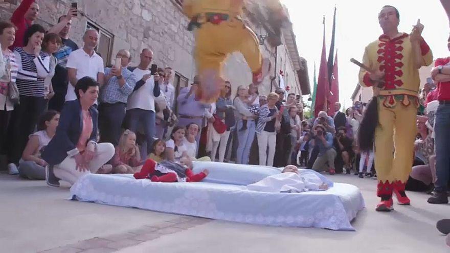 """""""El Colacho"""": Traditionelles Baby-Springen bringt Glück"""