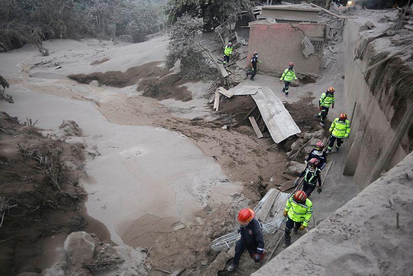 ÚLTIMA HORA: Cae material candente del Volcán de Fuego; ordenan evacuación