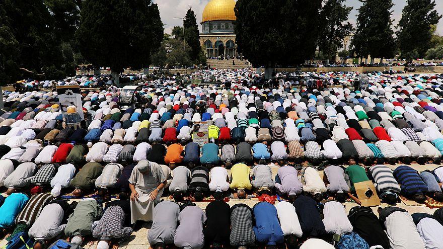 القوات الإسرائيلية تعتقل مصلين في ساحات المسجد الأقصى