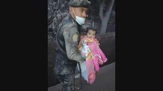 شرطي من غواتيمالا ينقذ رضيعا من تحت الركام