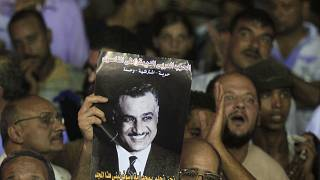 حشود تحمل صورة عبد الناصر