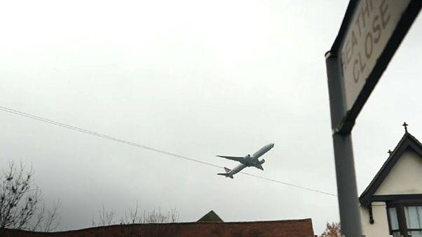 UK gov't green lights third runway at Heathrow airport