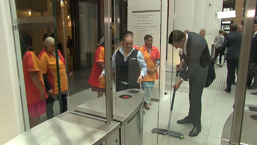 İZLE: Hollanda Başbakanı döktüğü kahveyi temizledi, temizlikçiler alkışladı