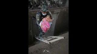 Γουατεμάλα: Οι διασώστες βρήκαν μωρό ζωντανό
