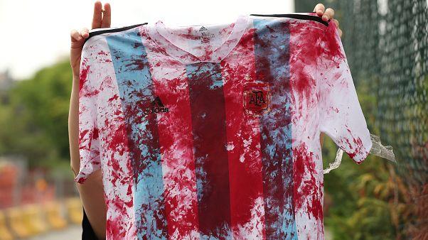 Βάφουν με «αίμα» τις φανέλες του Μέσι